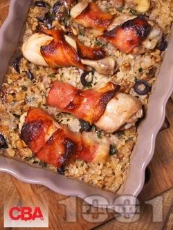 Печени пилешки долни бутчета в бекон с ориз със стафиди, орехи и маслини - снимка на рецептата